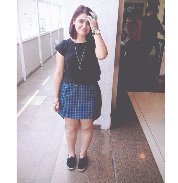 Gosto de Canela - Look preto e xadrez azul