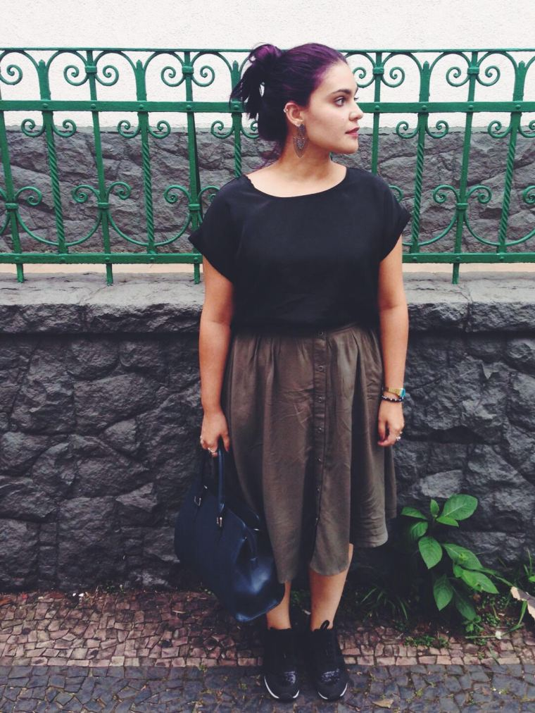 Outfit: Cabelo roxo e saia verde